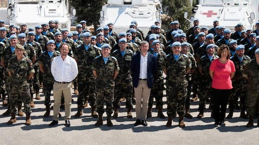 El presidente del Gobierno de Canarias, Fernando Clavijo (c), junto a las tropas españolas en Líbano. En la foto está Octavio Caraballo (de blanco) y María Jesús Lillo (de rosa)