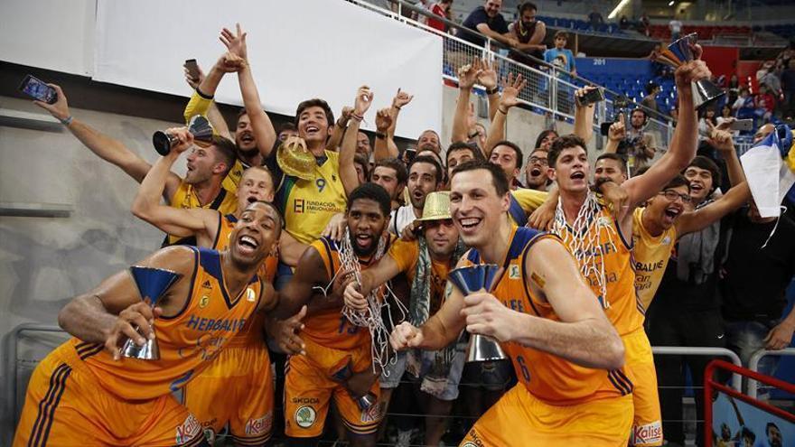 Los jugadores del 'Granca' celebran la victoria en la Supercopa. (EFE)
