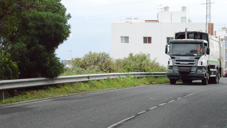 Camión de la basura circulando en el interior del barrio de Salto del Negro. FOTO: Iago Otero Paz.