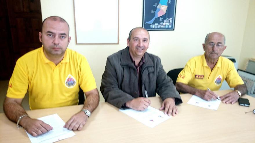 El primer teniente de alcalde de Tijarafe, Ricardo Cáceres, con responsables de AEA.