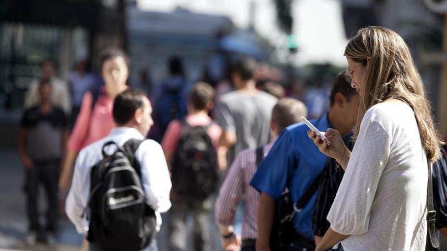 En la imagen, ¿personas disfrutando del espacio público o sirviendo datos a una empresa privada?