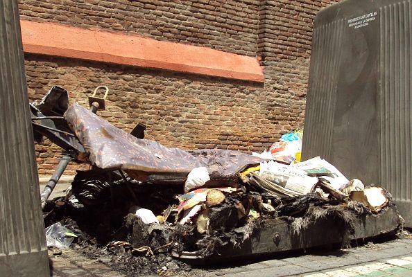Contenedor para el reciclaje de papel quemado en la calle de Monteleón | Foto: A.P
