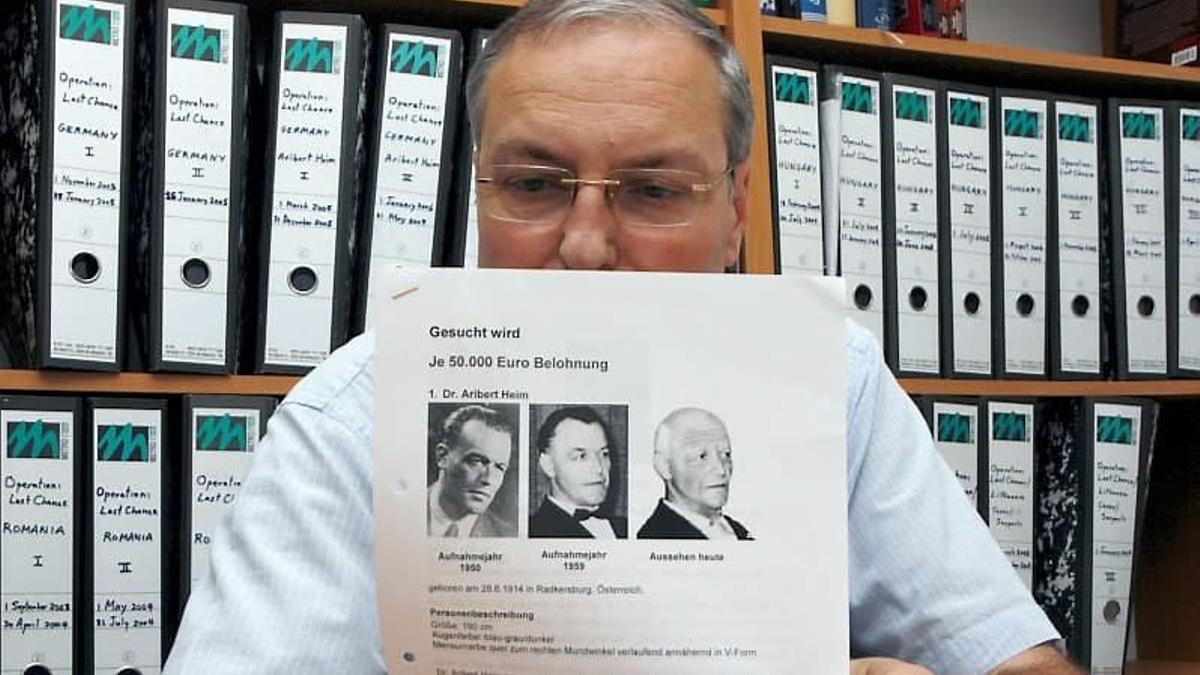 El 'cazanazis' Efraim Zuroff, ex agente del FBI y presidente de la Fundación Simon Wiesenthal, sostiene el dossier sobre Aribert Heim.