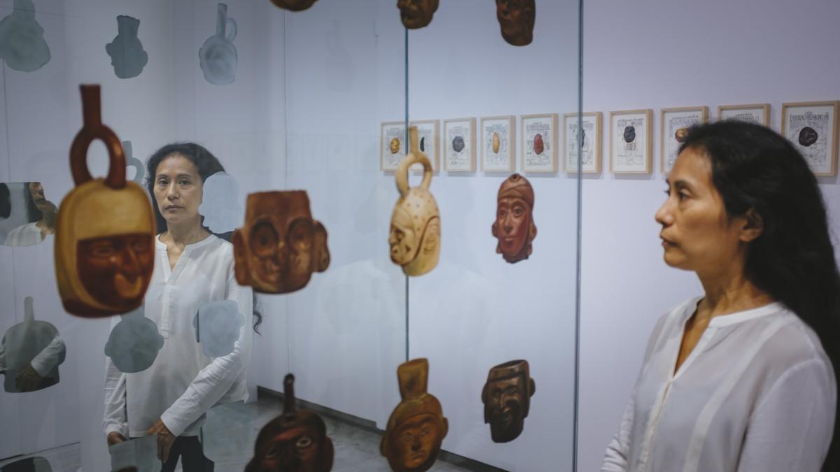 La artista hispanoperuana Sandra Gamarra en su exposición 'Buen Gobierno'