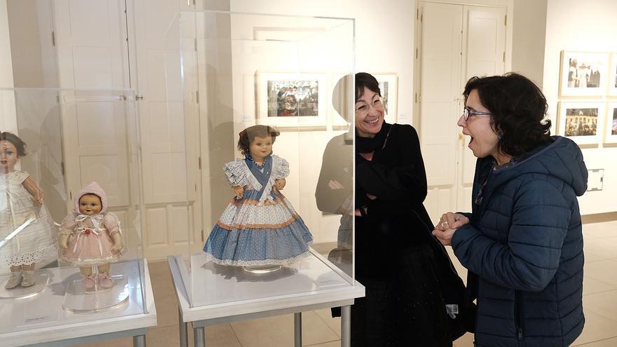 Dos mujeres miran la muñeca de Cayentana de Alba en la exposición 'Érase una vez la Navidad' /Foto Luis Serrano