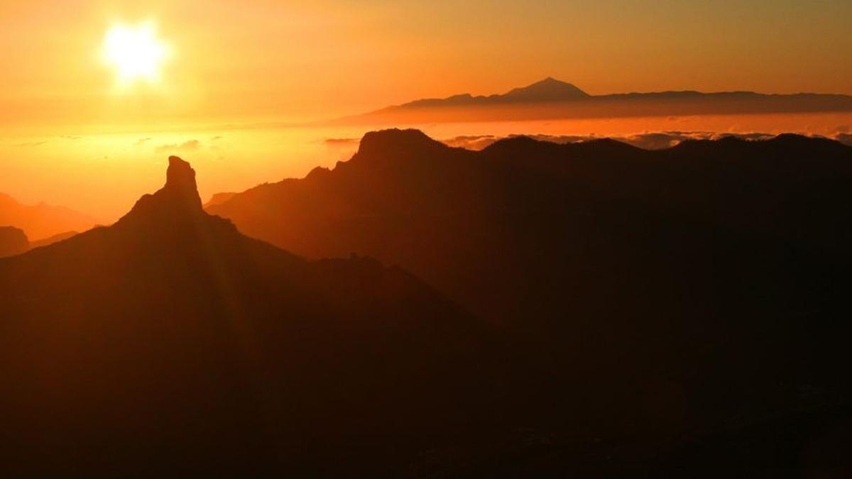 El sol se pone tras el Roque Bentayga, en Gran Canaria