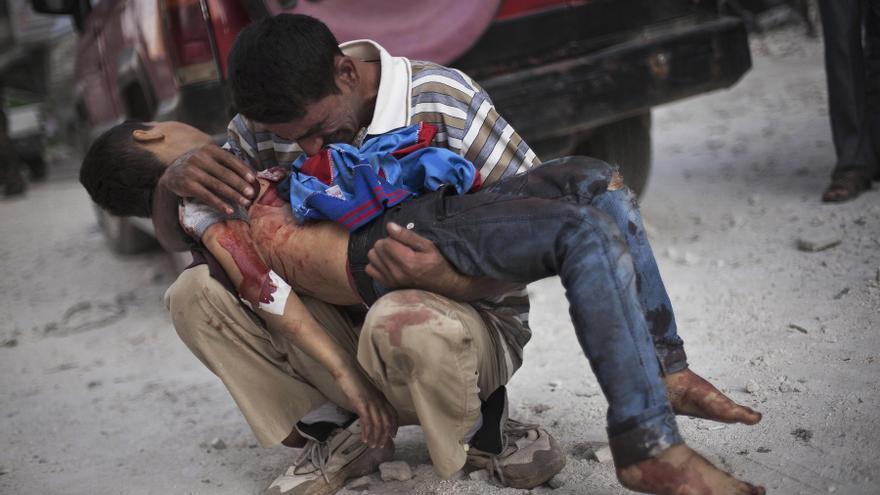 Un hombre llora mientras sostiene el cuerpo de su hijo, asesinado por el ejército sirio, cerca del hospital Dar El Shifa, en Aleppo, Siria. Esta es una de las fotografías galardonadas con el premio Pulitzer (3 de octubre de 2012) / AP PHOTO. MANU BRABO