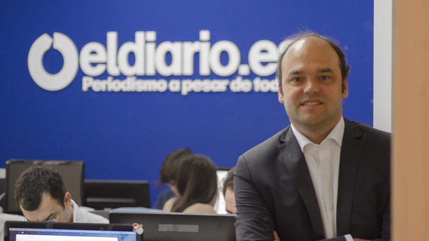 El economista José Carlos Díez responde al Pregúntame en la redacción de eldiario.es \ Foto: Alejandro Navarro