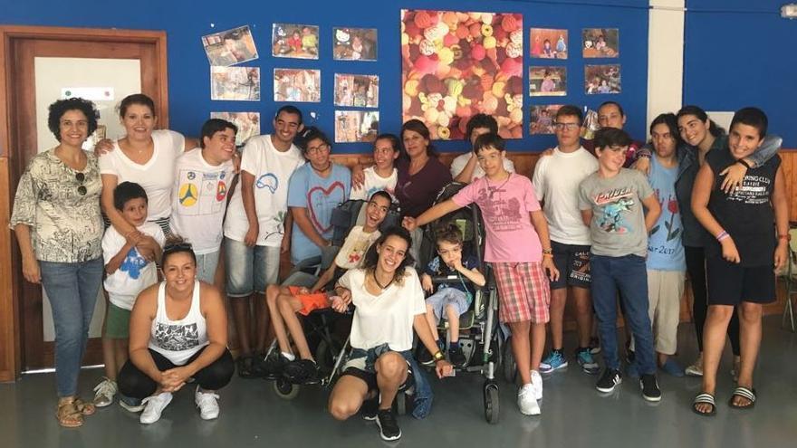 Jovita Monterrey con los beneficiarios del programa.