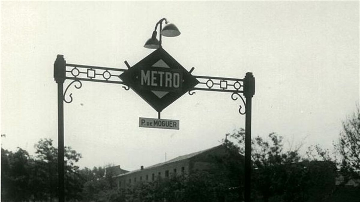 Acceso a la estación de Palos de Moguer en los años sesenta
