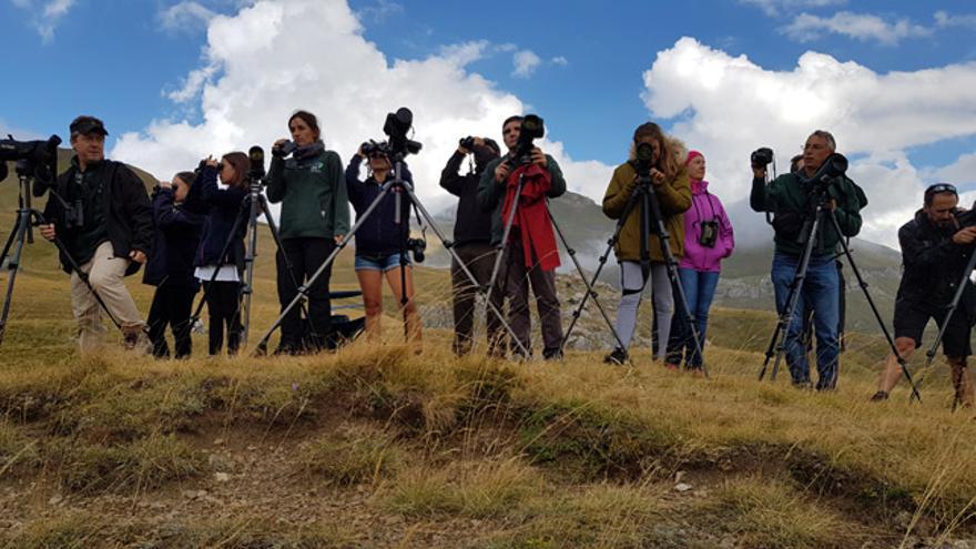 Un grupo de voluntarios realiza una observación de aves en Portalet (Huesca).