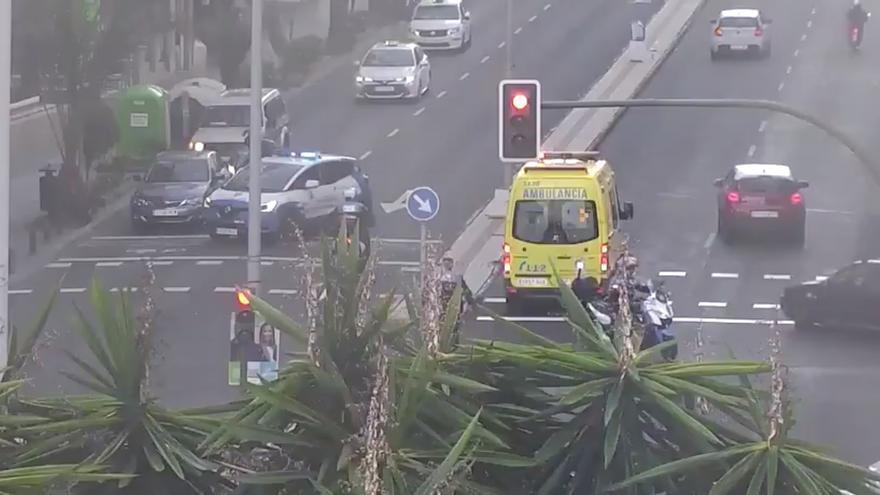 Una ambulancia traslada desde la Avenida de Escaleritas a un menor que fue atropellado.