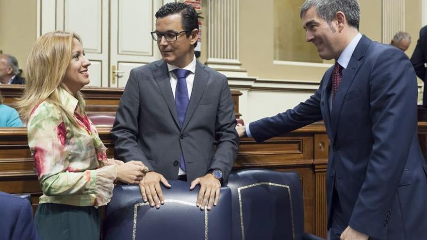 El presidente del Gobierno de Canarias, Fernando Clavijo (d), conversa con la consejera de Hacienda, Rosa Dávila (i), y con el vicepresidente y consejero de Obras Públicas y Transportes del Ejecutivo canario, y Pablo Rodríguez (c).