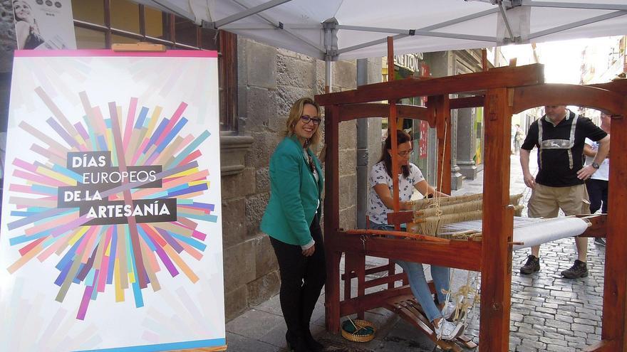 Susana Machín (i) ha visitado la muestra de tejeduría en bajo lizo que durante la mañana de este viernes se ha desarrollado delante de la Casa Principal.