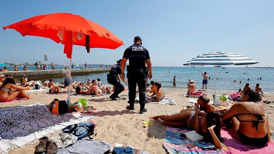 """La alcaldía de Cannes se alza contra el """"burkini"""" en sus playas"""