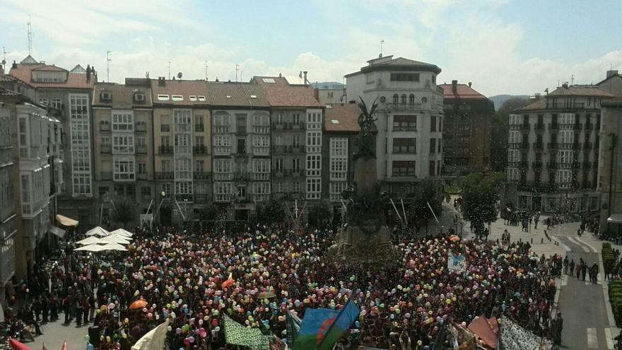 Cientos de globos han coloreado la plaza de la Virgen Blanca en la despedida de Gora Gasteiz