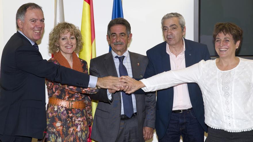 Vidal de la Peña, Díaz Tezanos, Revilla, Sánchez y Cedrún escenifican la firma del acuerdo. | Nacho Romero
