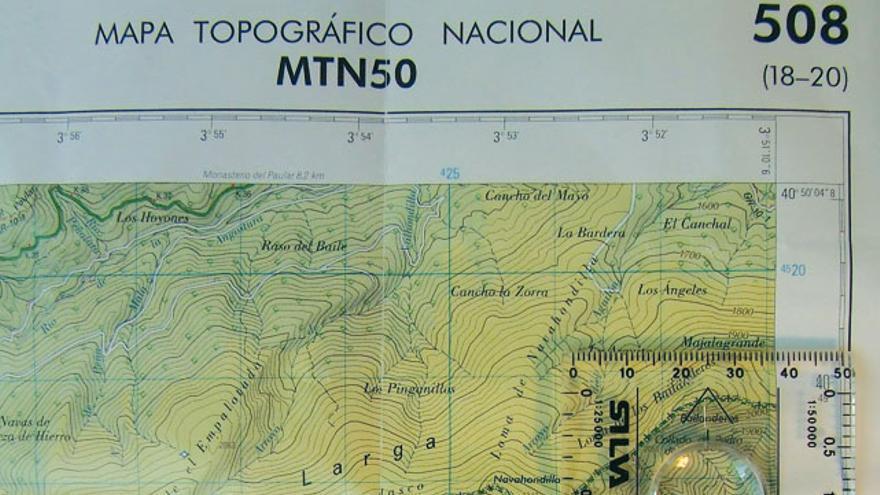 Foto 1. Orientación del mapa con la brújula. Coincide el Norte del mapa y Norte de la aguja imantada. Oriéntalo cuando trabajes con él.