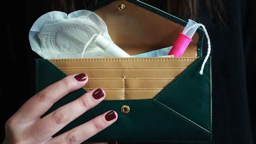 Ilustración: cartera con varios tampones y una compresa