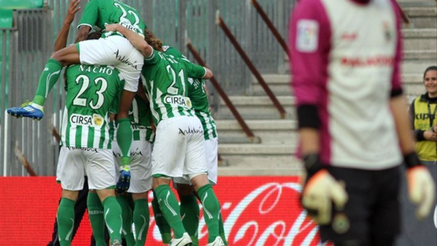 El cuadro verdiblanco celebra el gol de Rubén (realbetisbalompie.es).