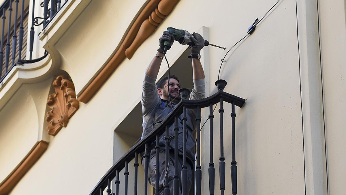 Un trabajador construyendo una vivienda