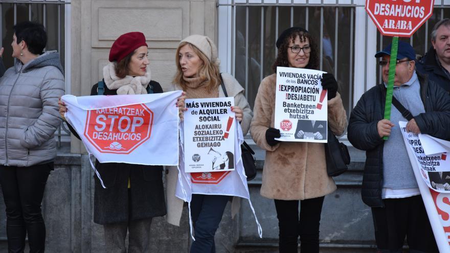 Protesta de Stop Desahucios Euskadi contra la nueva Ley Hipotecaria