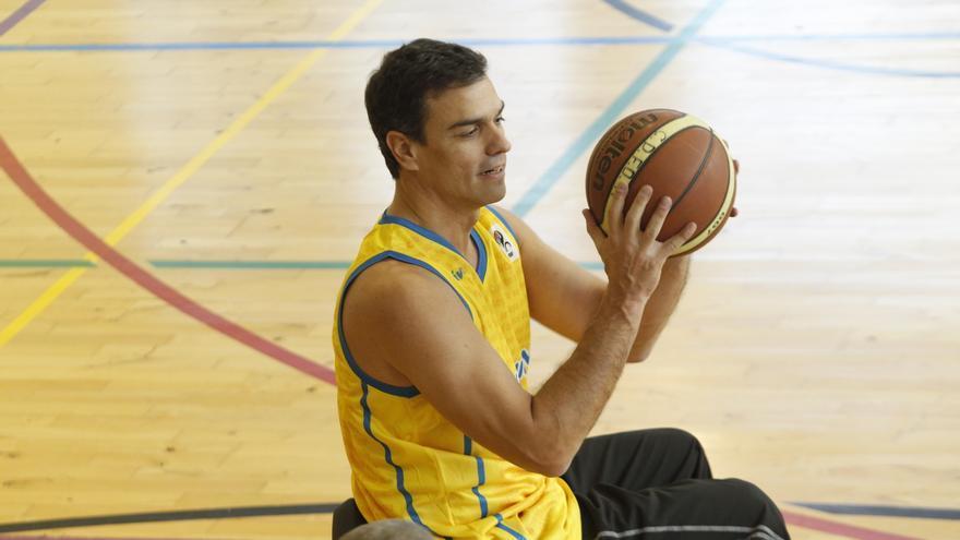 Pedro Sánchez juega al baloncesto en silla de ruedas / Foto: Inma Mesa (PSOE)