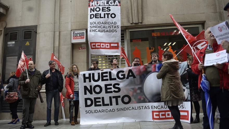 La concentración se ha celebrado frente a la sede de CCOO de Cantabria.