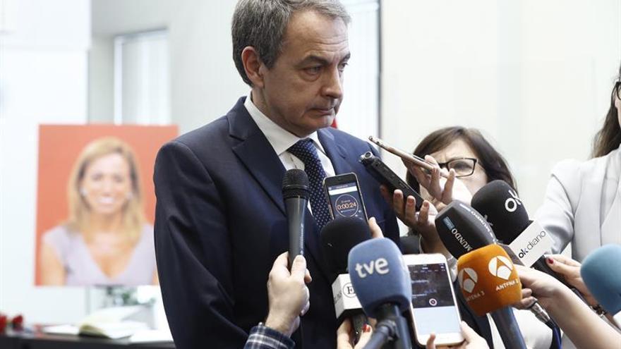 El expresidente del Gobierno José Luis Rodríguez Zapatero, en la capilla ardiente instalada en Ferraz