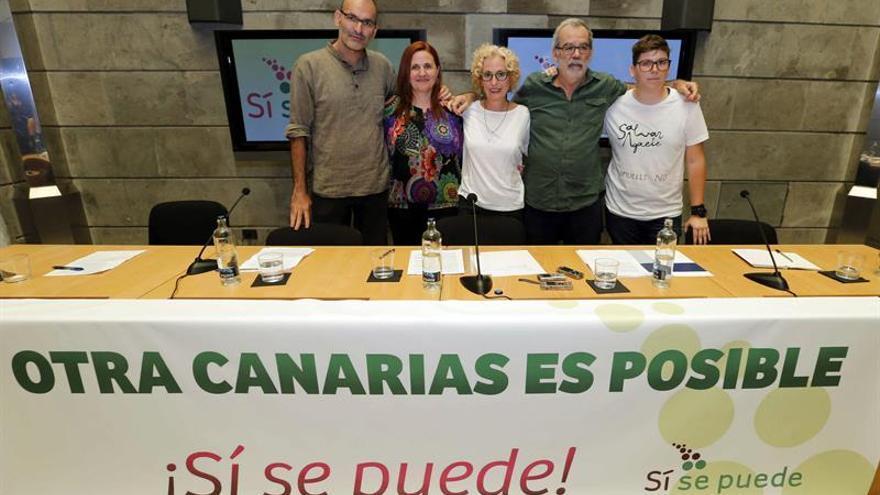 La consejera de Igualdad del Cabildo de Gran Canaria, María Nebot (c); el activista ambiental José de León (2d) -ambos de Podemos-; la activista social Cleia Montesdeoca (d), y los representantes de Sí se puede Rubén Martínez (i), consejero del Cabildo de La Gomera, y Asun Frías (2i), concejal de Santa Cruz de Tenerife, presentaron este partido en Gran Canaria. EFE/Elvira Urquijo A.