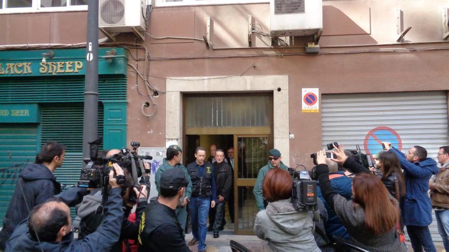 Alfonso Grau, con la Guardia Civil, tras el registro de su domicilio.