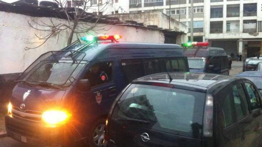 Un furgón de la policía marroquí en los exteriores de la sede de la AMDH en Rabat. / AMDH.