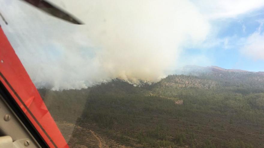 Penacho de humo y frente del fuego en los altos de Chasna, municipios de Granadilla y Vilaflor, al sur de Tenerife