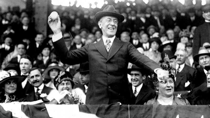 Woodrow Wilson lanza la primera bola en un partido de béisbol de 1916.