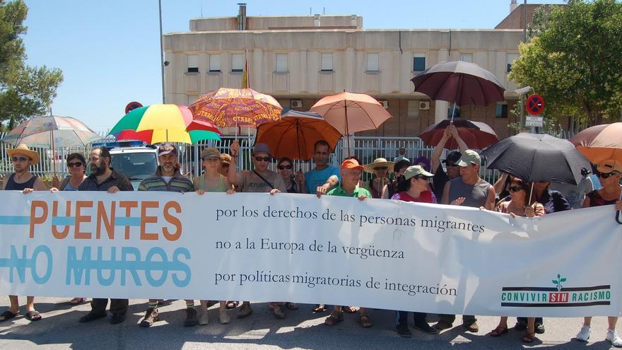 Manifestación de la ONG Convivir sin racismo pidiendo el cierre del CIE
