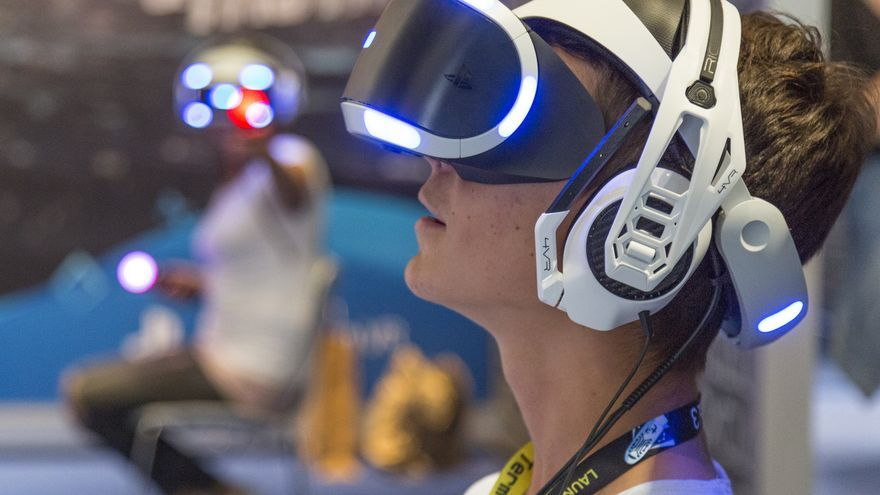 Un joven con el casco de de realidad virtual de PlayStation durante la Gamescom 2018