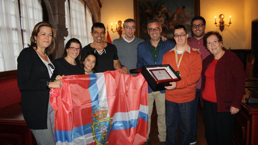 Jorge Pérez Ferraz,  con familiares, sus entrenadores del Club Deportivo Nandomao de Santa Cruz de La Palma, el alcalde de la capital y concejales de la capital.