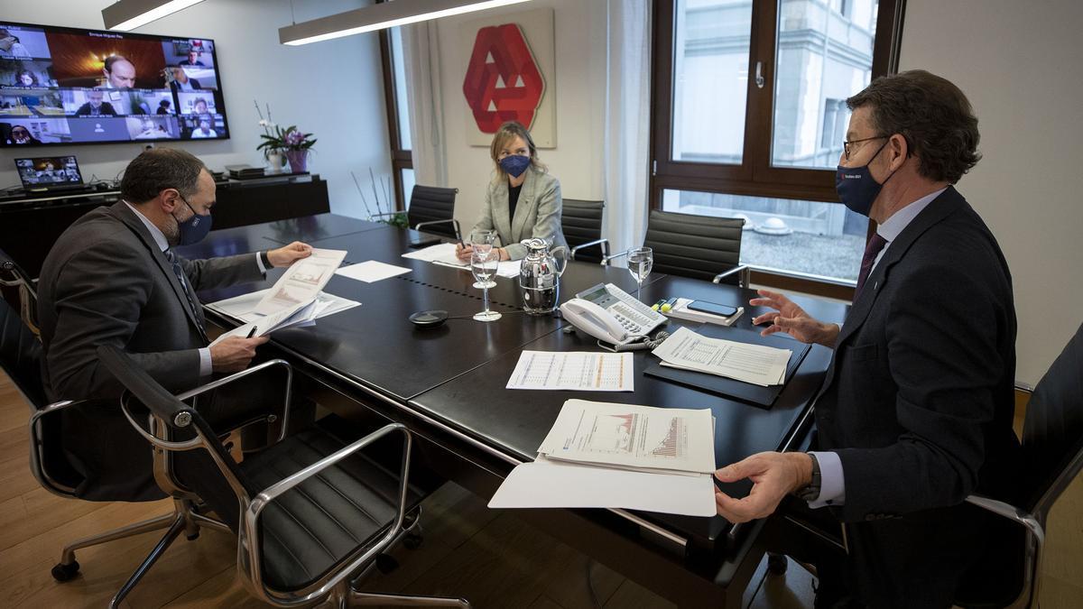 Alberto Núñez Feijóo preside la reunión del comité clínico que decide la desescalada gallega