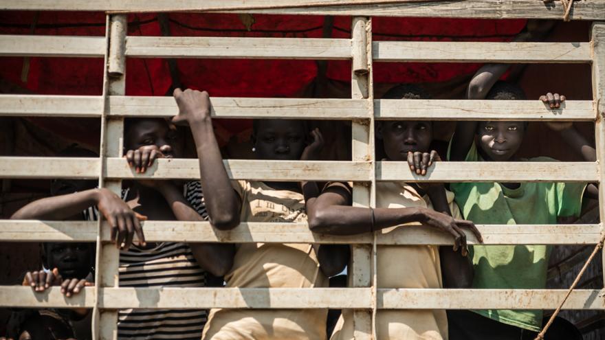 La mayoría de los refugiados son mujeres y niños, los hombres suelen quedarse para combatir y defender sus propiedades.  Debido al abrumador número de recién llegados, las autoridades deben ampliar constantemente el espacio. Fotografía: Yann Libessart/MSF