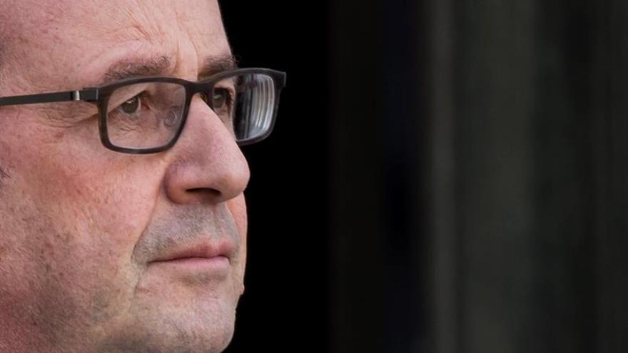 Hollande alerta contra extremismos y populismos que amenazan la democracia