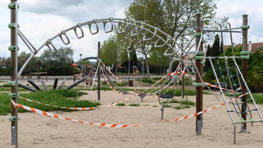 Vista de un parque infantil precintado en Alcalá de Henares este viernes.