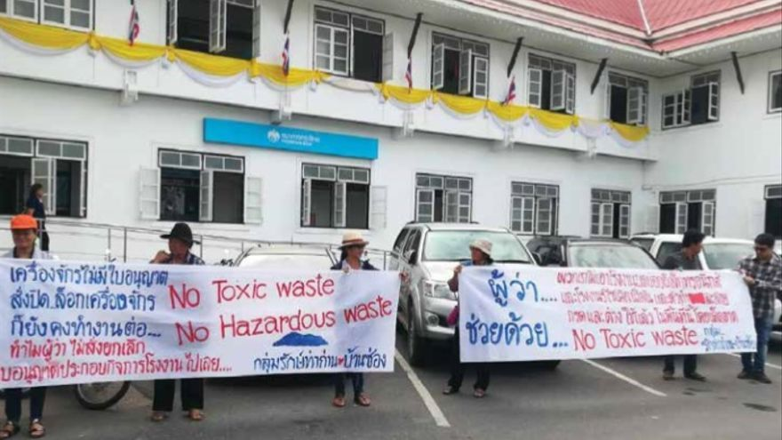 "Residentes de Tha Than (Tailandia) protestando frente a las oficinas del gobierno en diciembre de 2018 contra los ""residuos tóxicos""."