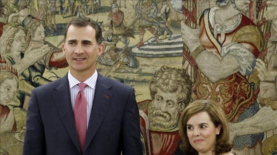 El Rey recibe a Sáenz de Santamaría en uno de sus primeros encuentros institucionales