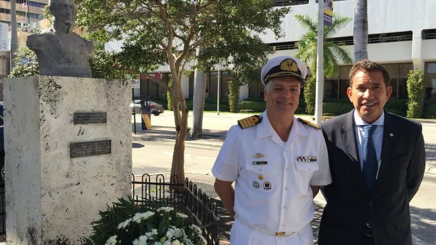 El cónsul general de Argentina en Miami, Leandro Fernández Suárez (d), y el comandante del buque Libertad, el capitán de navío Juan Carlos Romay (i), posan este martes, en Miami, Florida (EE.UU.).
