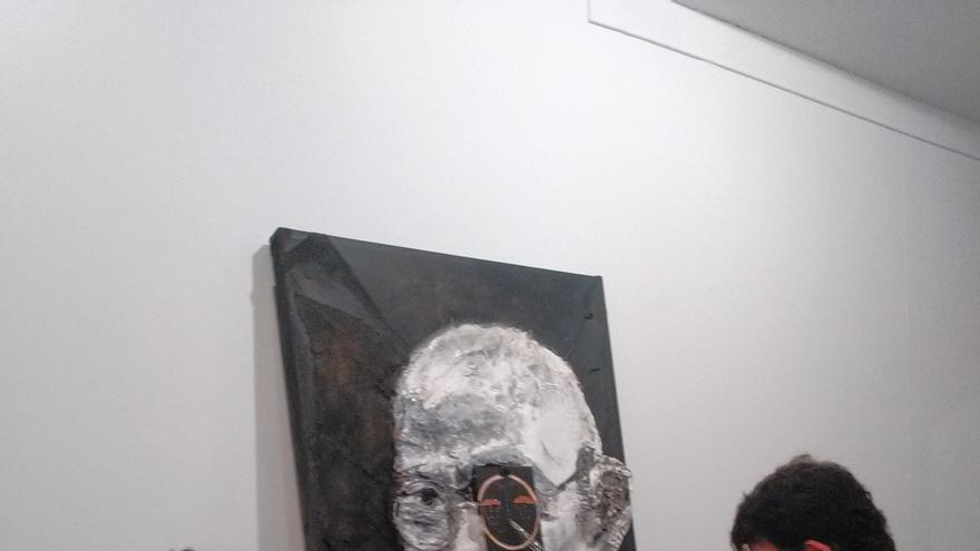 'Ghandi llora por la injusticia' y 'Bonsai de Embudos', dos de las obras que forman parte de exposición.