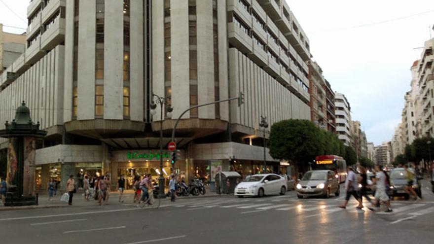 Imagen de una gran superficie en la calle Colón de Valencia que no se verá afectada por la restricción acordada