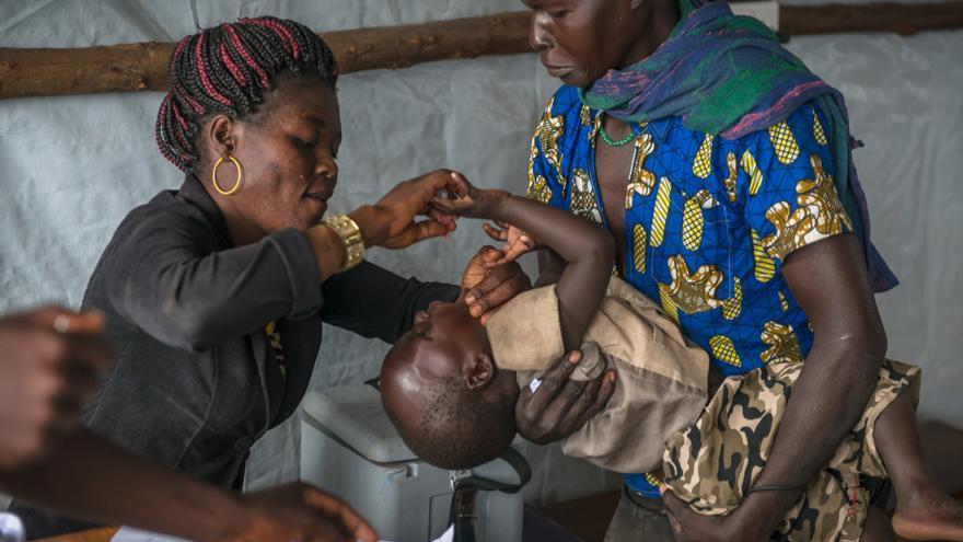 Los niños son vacunados contra el sarampión y la polio. Todos los refugiados son tratados contra parásitos intestinales. La mayoría de ellos llegan agotados, pero en relativa buena salud. El reto para los organismos humanitarios es evitar la aparición de epidemias y asegurar el buen estado general de la población. Fotografía: Yann Libessart/MSF