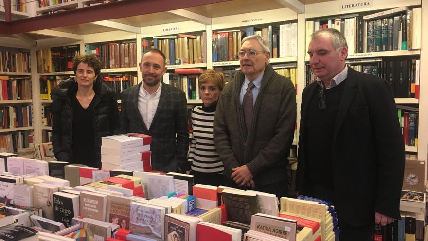 Ignacio Latierro y el diputado de Cultura, Denis Itxaso, entre otros, en la librería 'Lagun'.