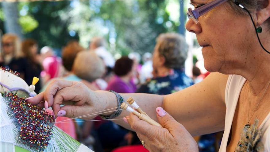 Más de 400 bolilleras comparten técnica y muestran su destreza en Granada