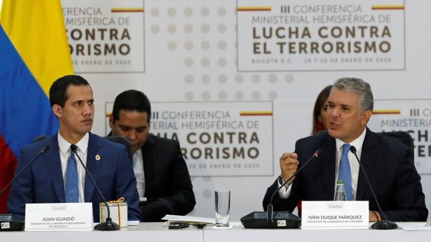 El presidente de Colombia, Iván Duque (d), habla junto al jefe de la Asamblea Nacional de Venezuela, Juan Guaidó (i), durante la instalación de la III Conferencia Ministerial Hemisférica de Lucha contra el Terrorismo este lunes, en la Escuela de Cadetes de Policía General Santander, en Bogotá (Colombia).